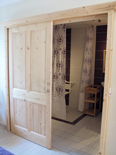 Salle de bain pour handicap moteur lire la suite with salle de bain pour handicap moteur for Porte handicape
